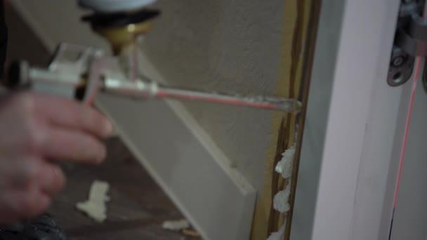 Pánské pálivých papriček zařízení pro rozprašování pěny montážní, zblízka mezeru ve dveřích