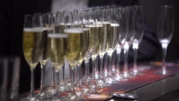 A táblázat üres szemüveg és pohár pezsgő, összpontosítani üres szemüveget, majd a hangsúly a teljes szemüveg, közeli