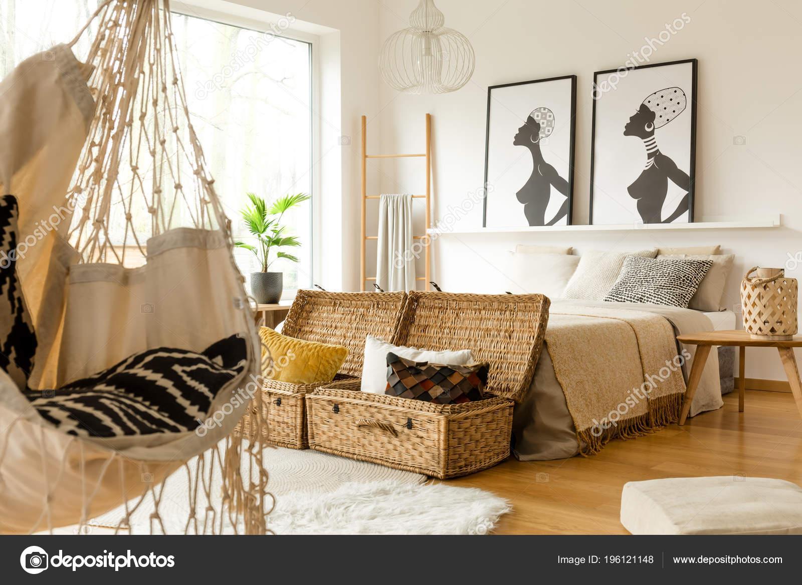 Afrikanische Schlafzimmer Innenraum Mit Einer Schaukel Boxen Mit ...