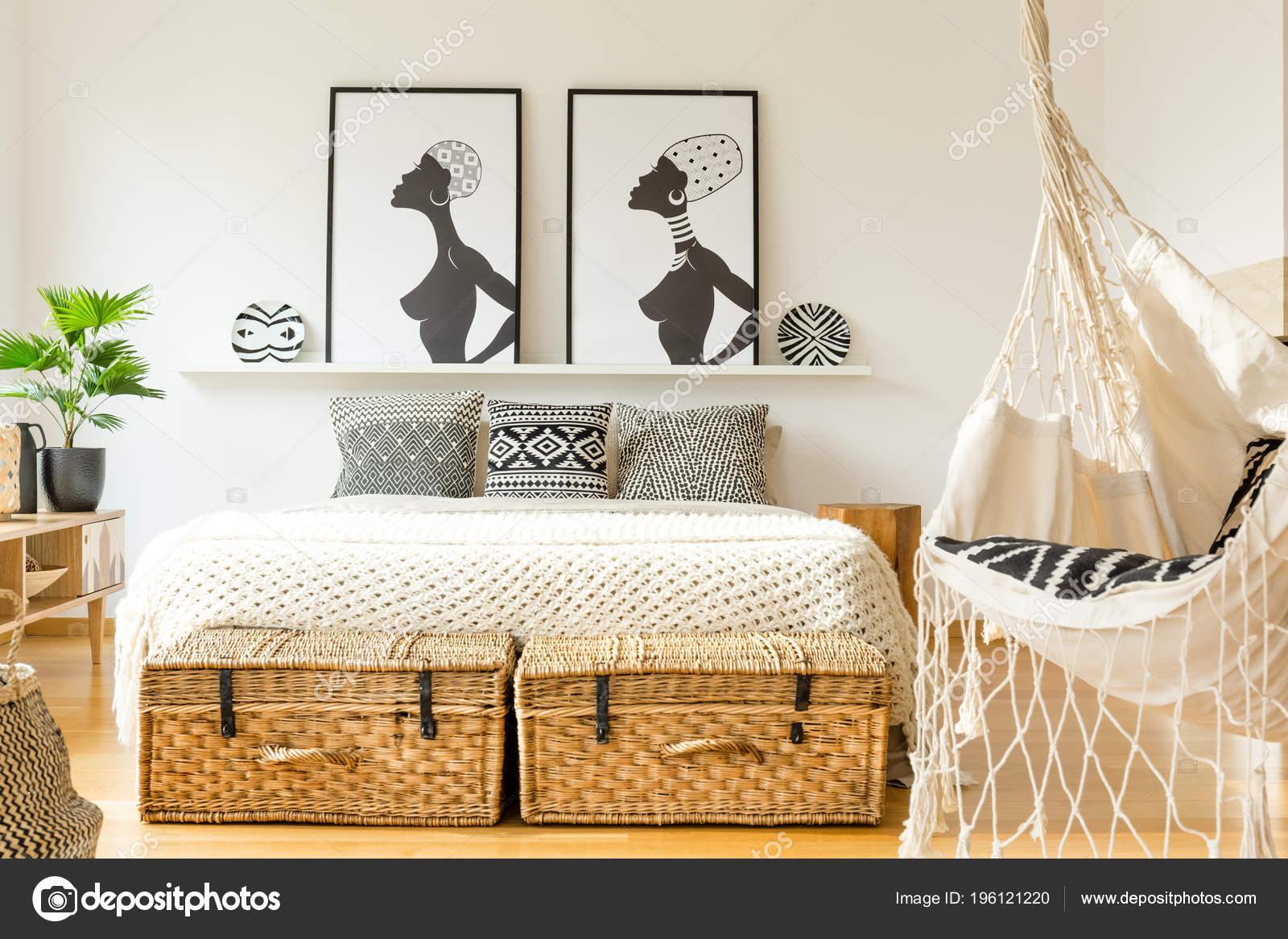 Schwingen Sie Innen Eine Rustikale Schlafzimmer Mit King Size Bett ...