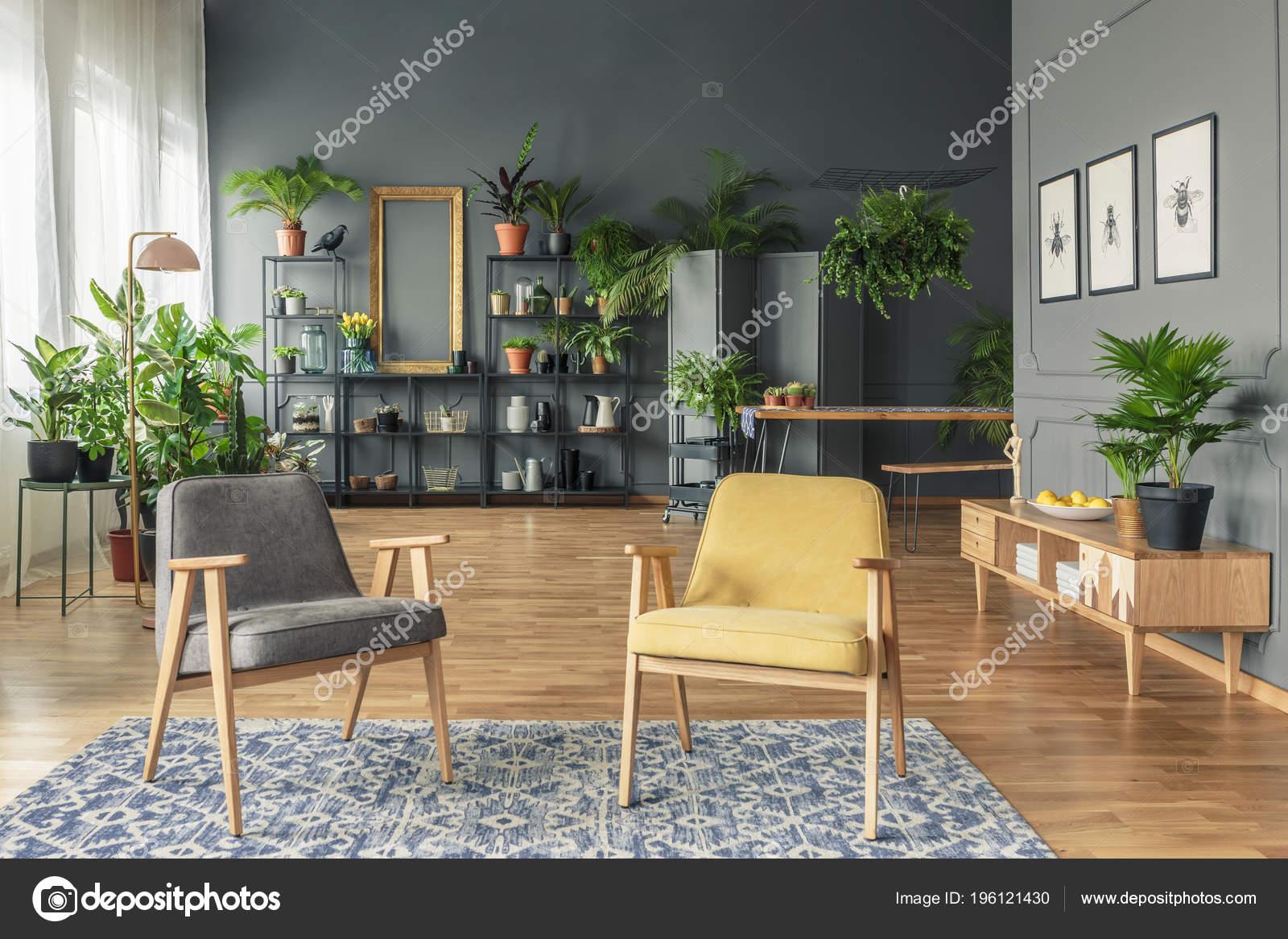 Woonkamer Houten Meubels : Botanic woonkamer interieur met donkere muren houten meubelen