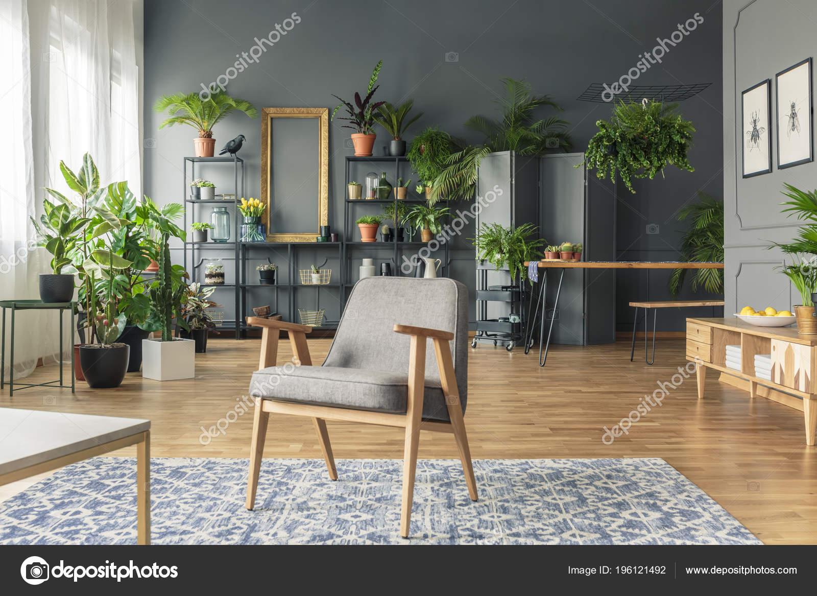Vintage Grauen Sessel Der Mitte Eine Tropische Wohnzimmer Interieur ...