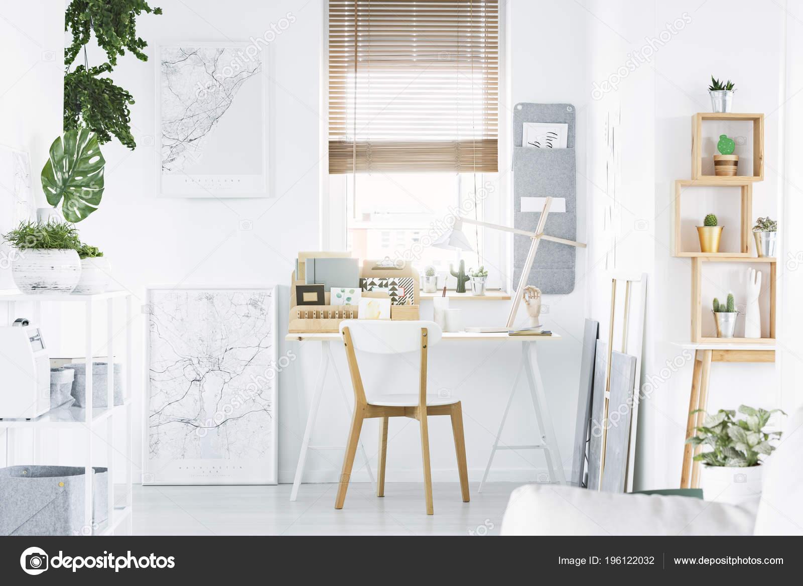 Intérieur lumineux bureau maison avec bureau chaise bois Étagère