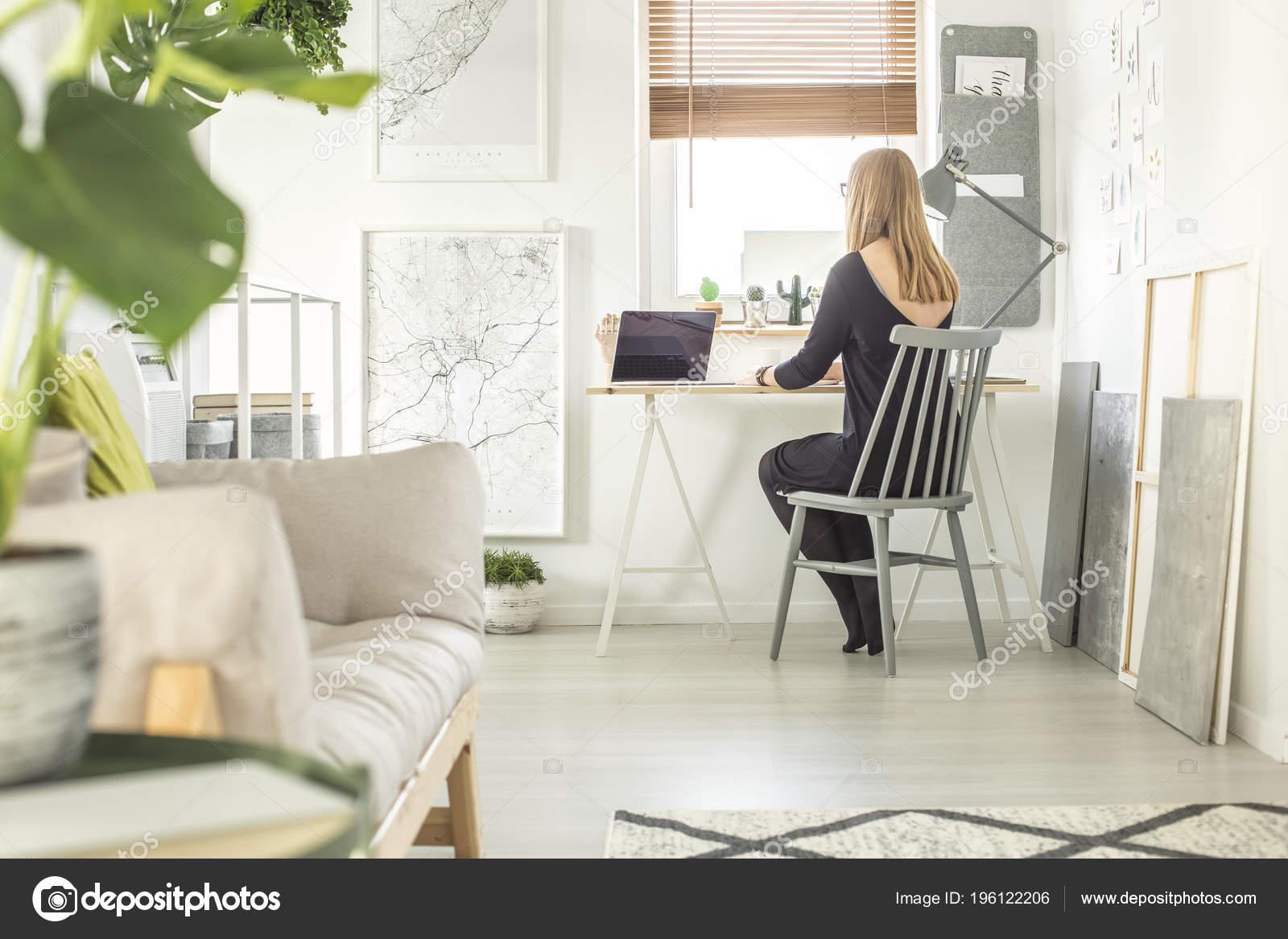 Madchen Sitzen Einem Schreibtisch Arbeiten Auf Einem Computer Einem