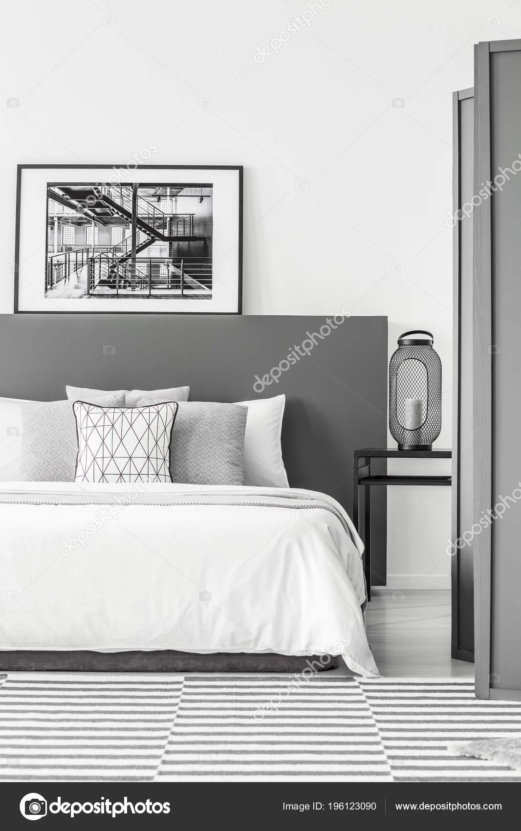 Schwarz Weiss Poster Auf Bedhead Bett Einfache Schlafzimmer Innenraum