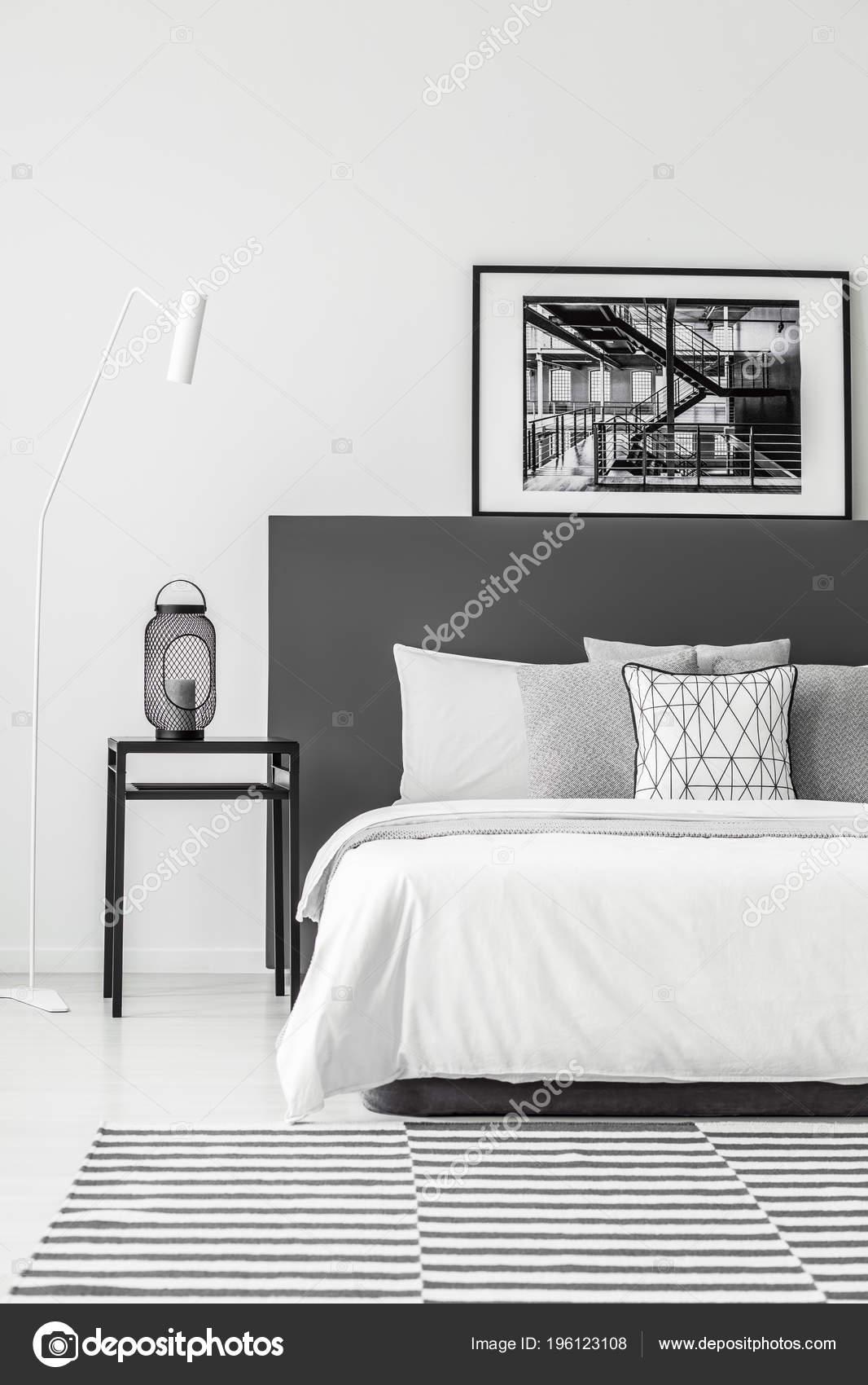 Tableau Noir Côté Lit Blanc Avec Affiche Intérieur Chambre Minimum ...