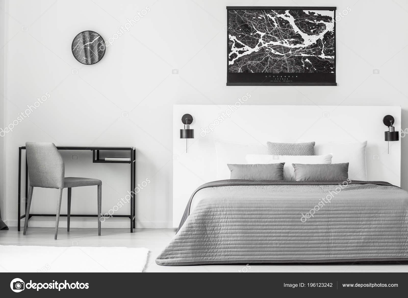 Affiche Noir Dessus Lit Gris Blanc Intérieur Chambre Coucher Avec ...