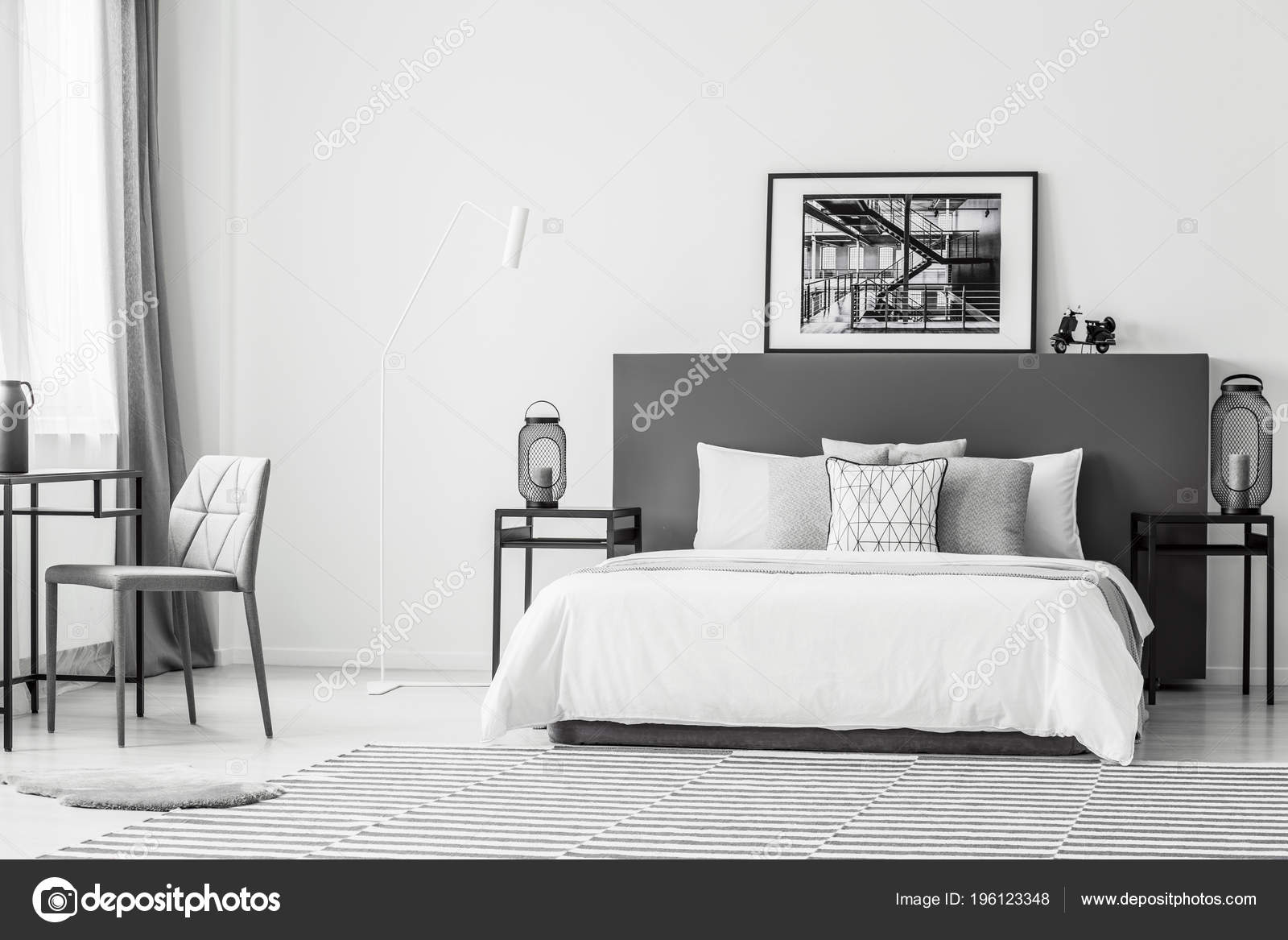 Grauer Stuhl Tisch Der Nähe Von Weißen Bett Schlafzimmer ...