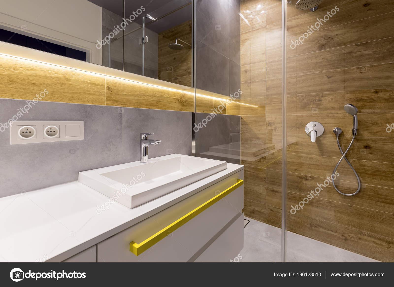 Interieur Aus Holz Und Marmor Badezimmer Mit Dusche Glastur