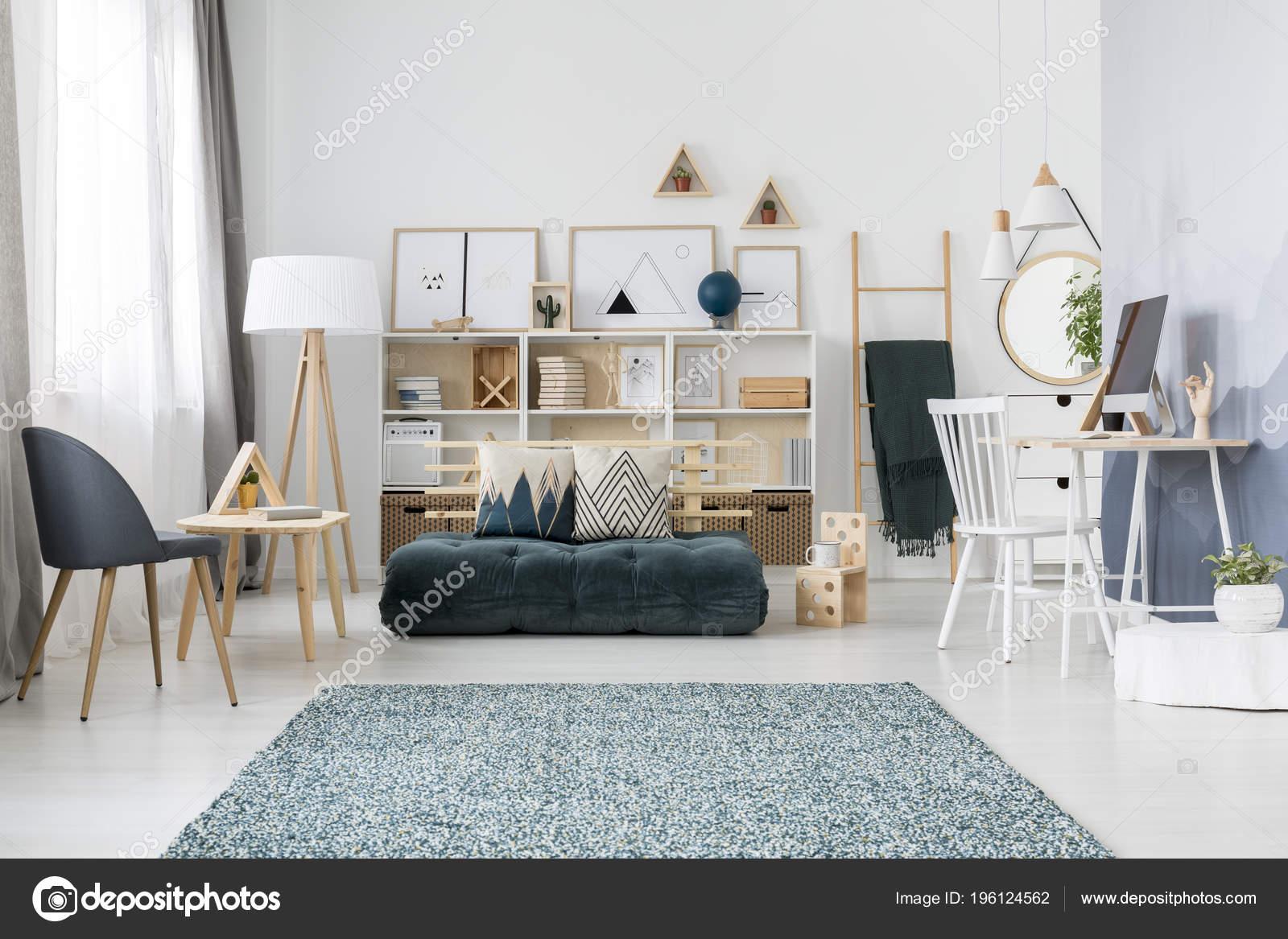 heldere tiener kamer interieur met groene matras naast een houten stockfoto