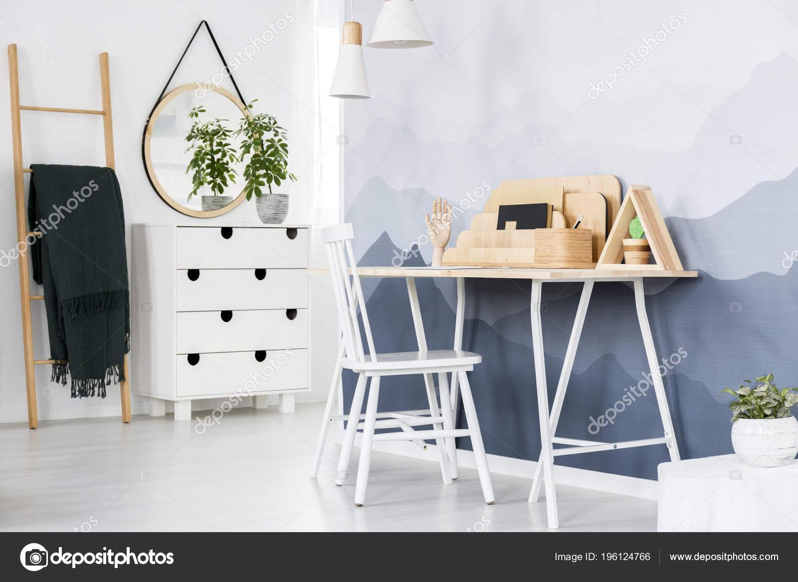Weisser Stuhl Schreibtisch Mit Holzernen Veranstalter Stehen Gegen