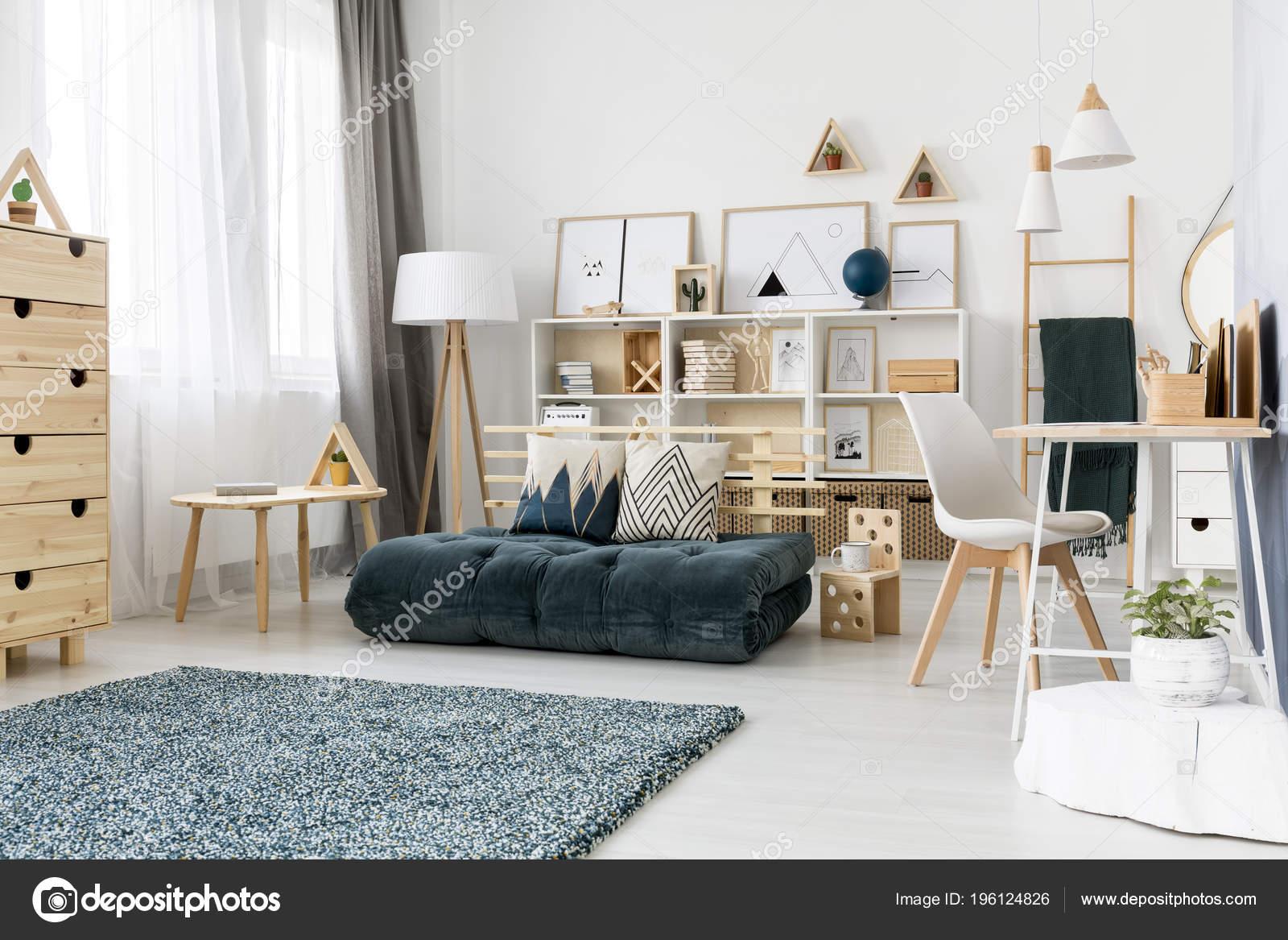Coussins Motifs Sur Futon Vert Entre Table Bois Chaise Blanche Photo