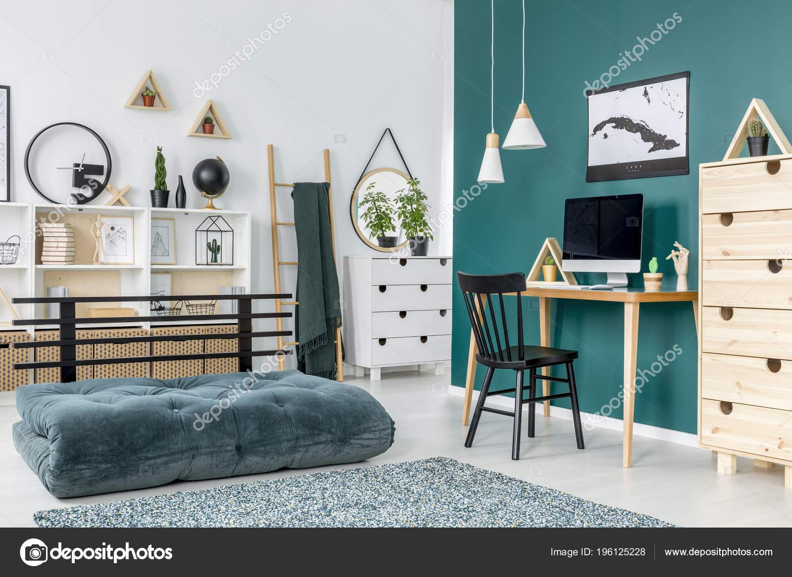 Zwarte stoel bureau met computermonitor tiener van kamer interieur