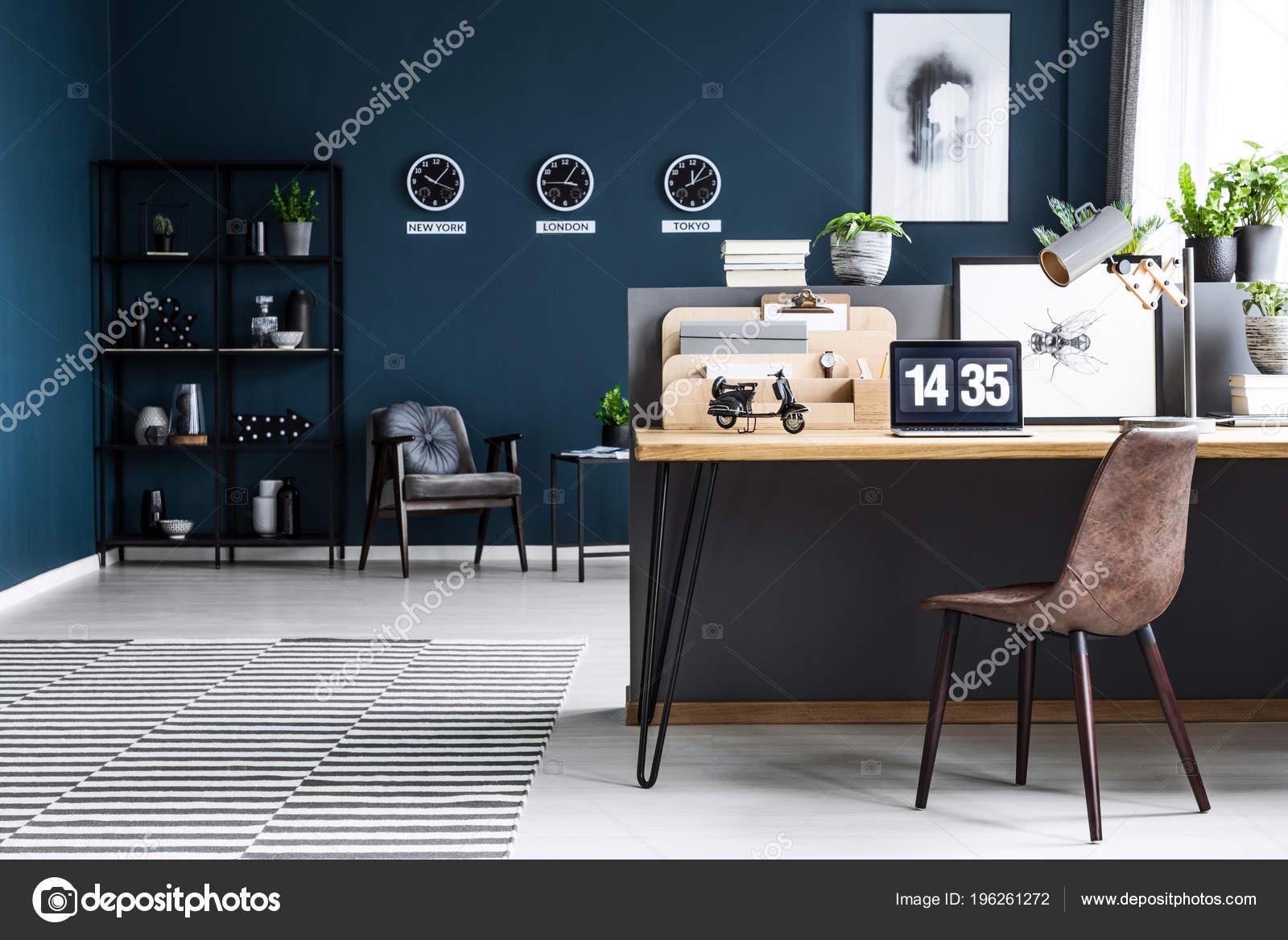Intérieur chic sombre bleu bureau maison pour homme affaires global