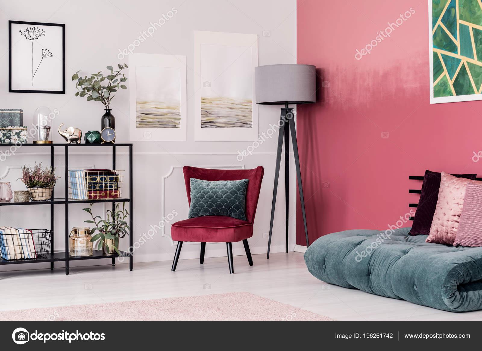 Camera Da Letto Verde Smeraldo : Verde smeraldo futon con cuscini rosa sul pavimento contro rosso