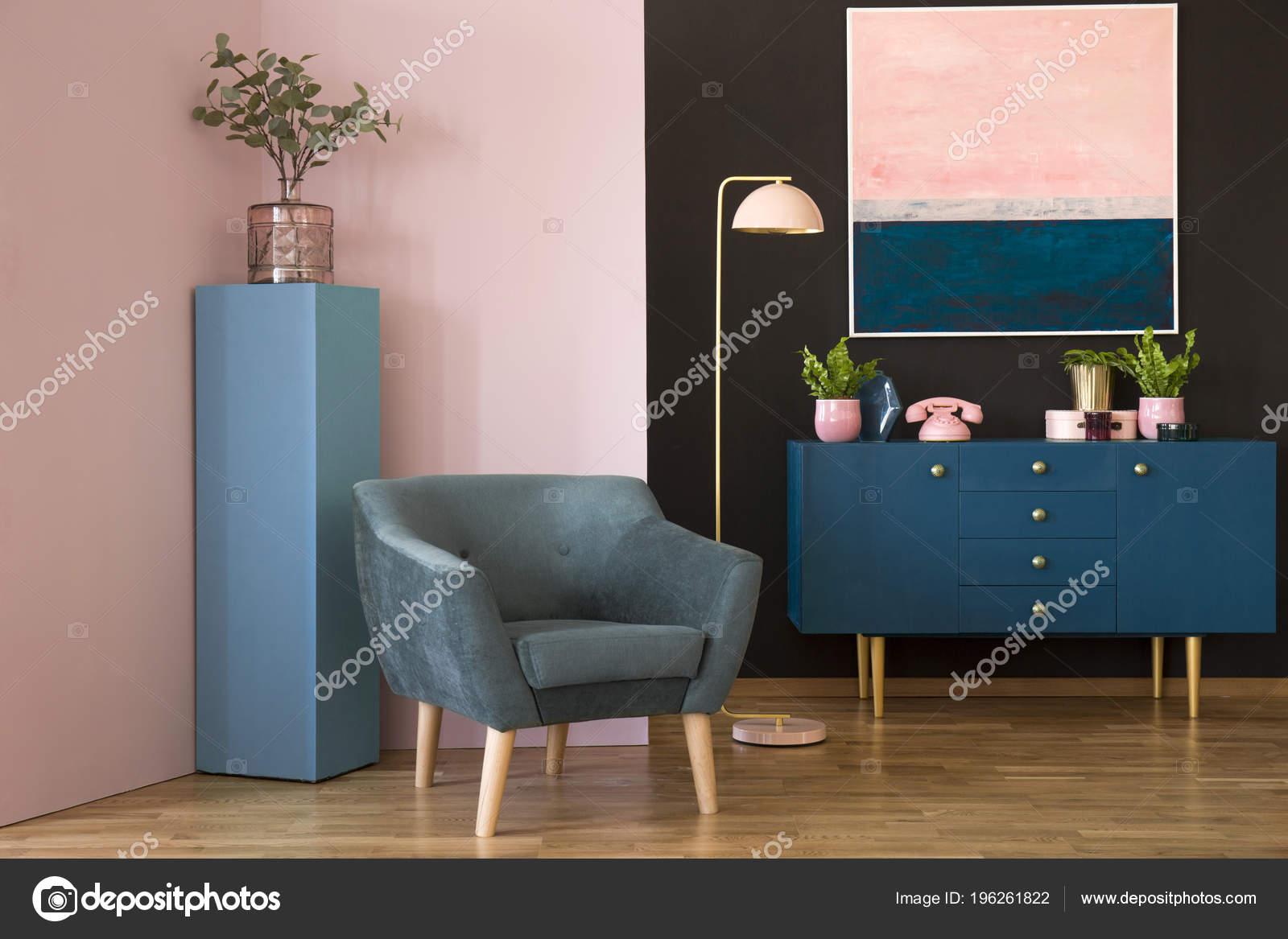 Blauwe Suede Fauteuil Tegen Roze Muur Woonkamer Interieur Met ...