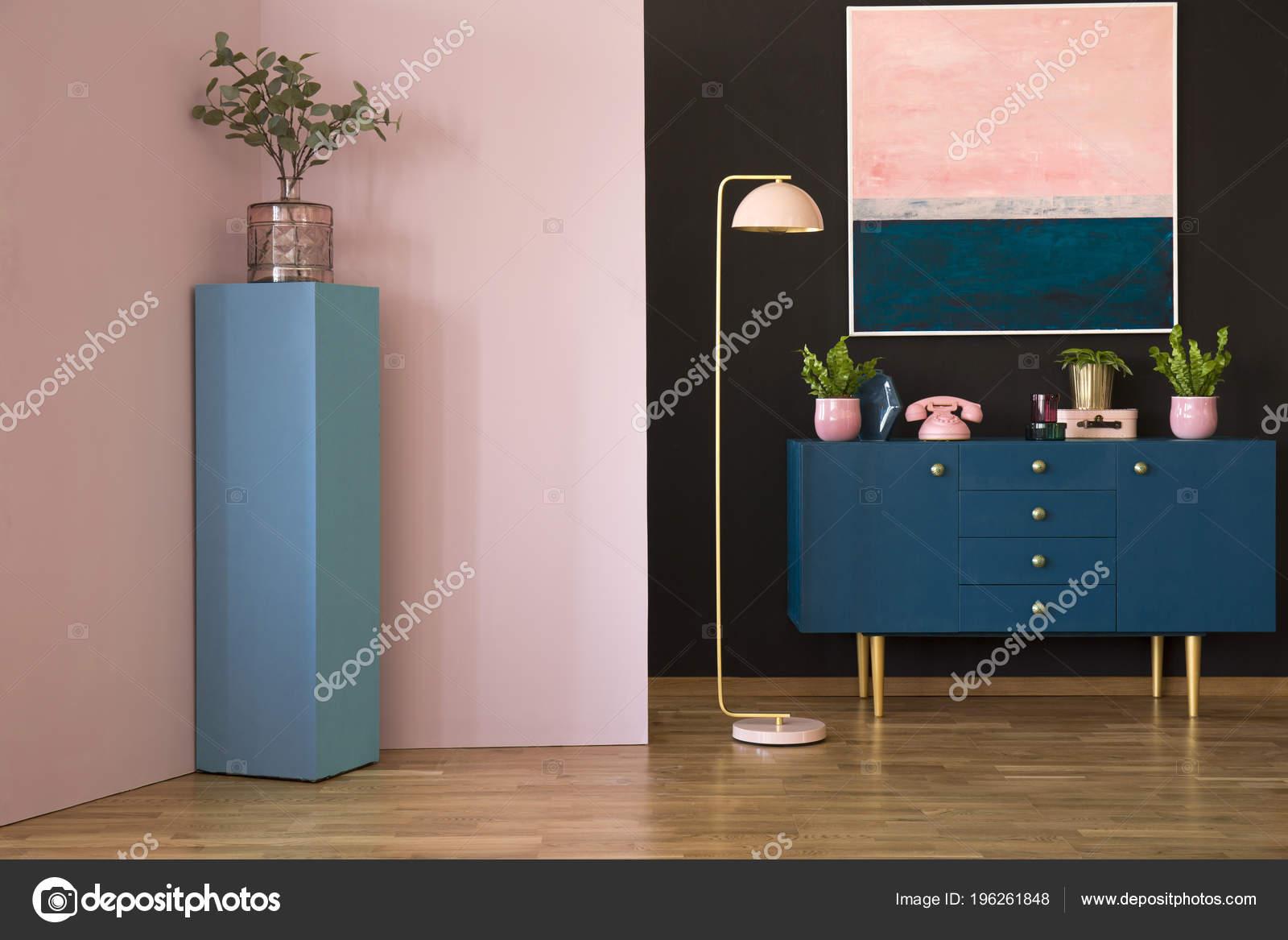 Badkamerkast Met Lamp : Blauwe kast met planten lamp schilderen een zwarte muur een