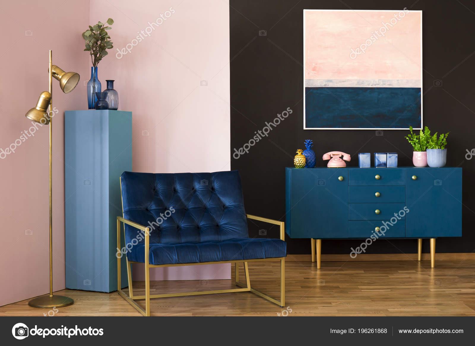 Breed Blauw Fauteuil Een Pastel Woonkamer Interieur Met Een Kast ...