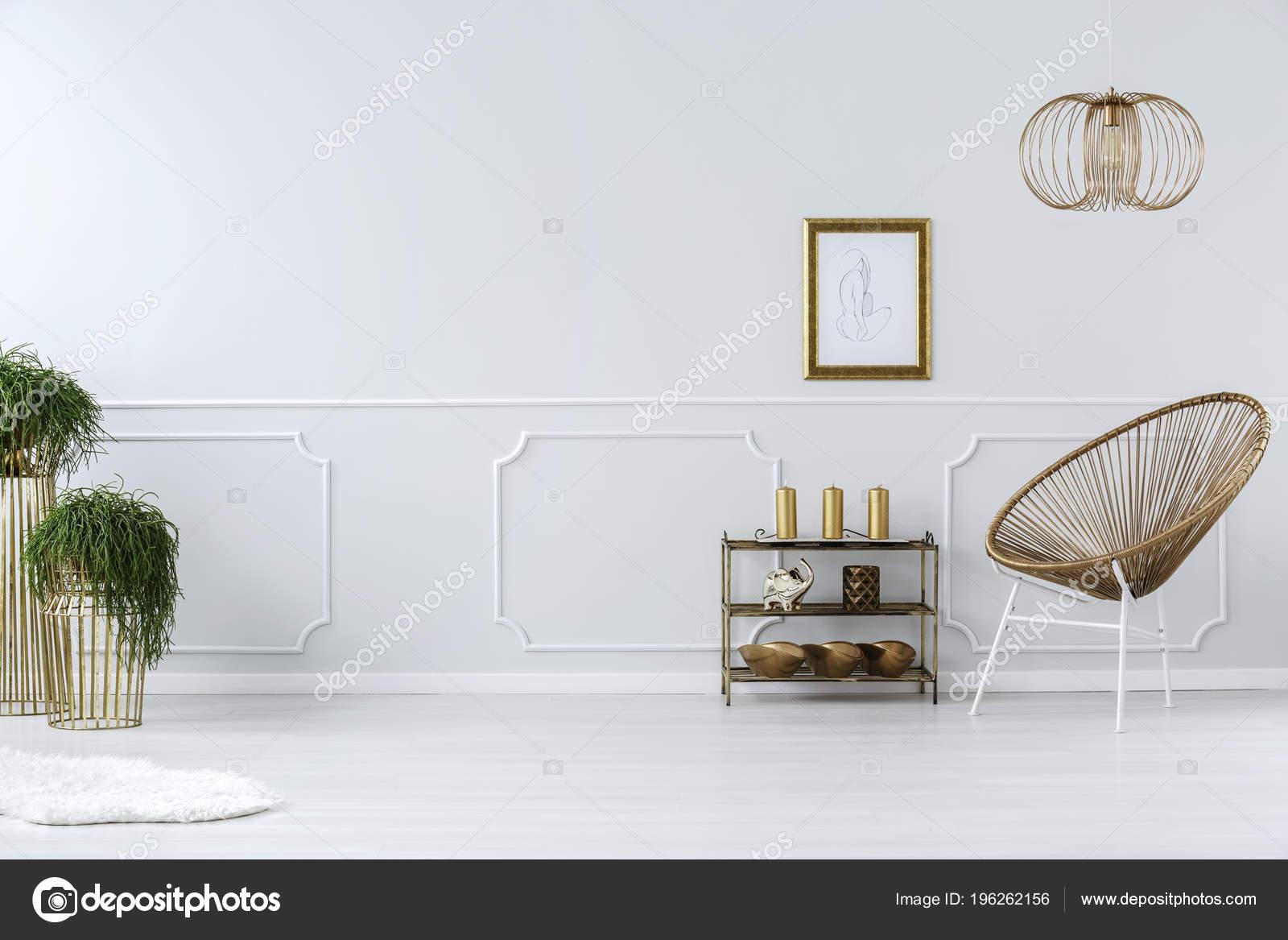 Witte Rieten Stoel : Moderne rieten stoel tekening gouden frame een wit lege muur