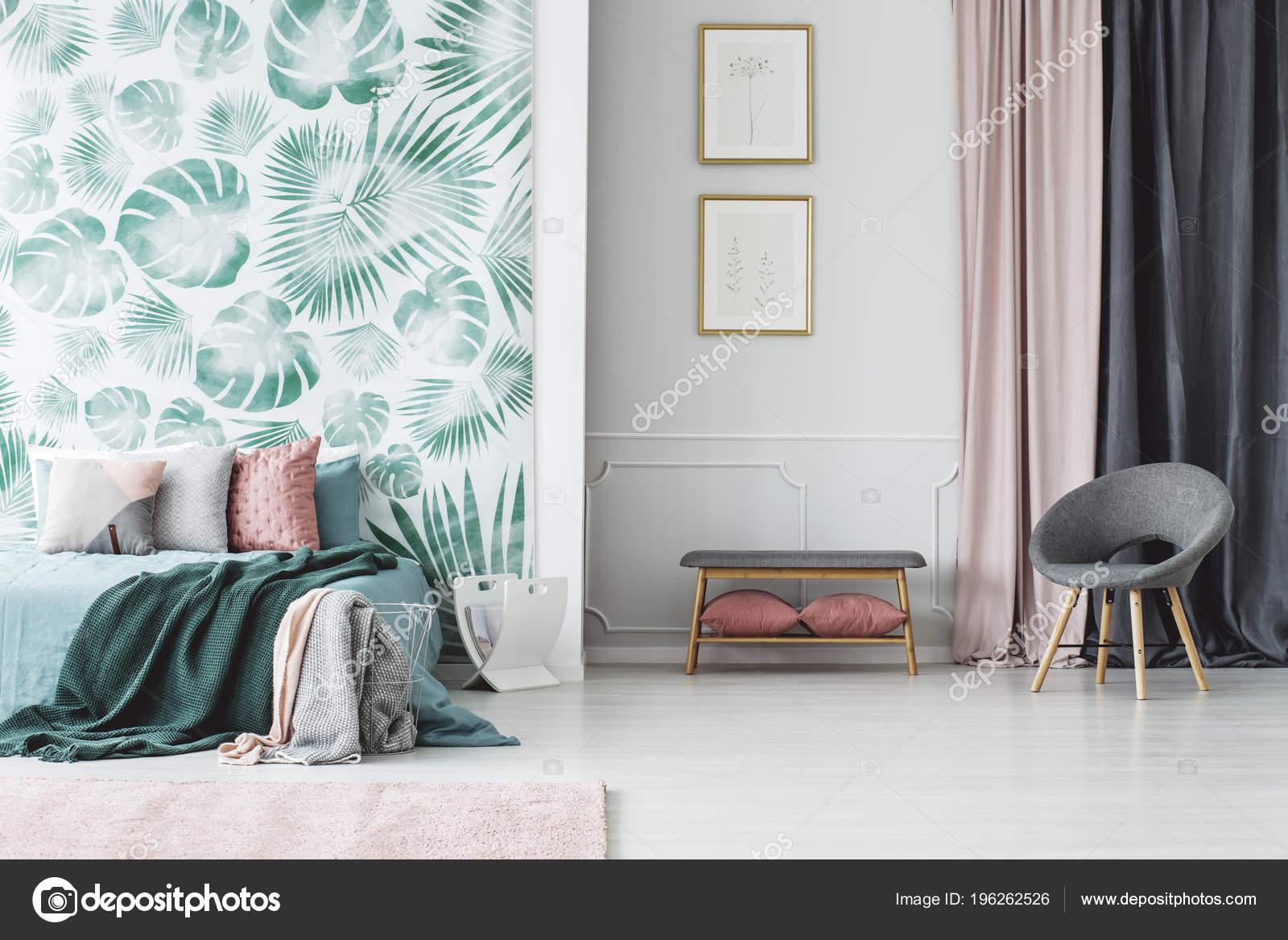 Fauteuil Gris Des Affiches Intérieur Chambre Coucher Avec Lit Vert ...