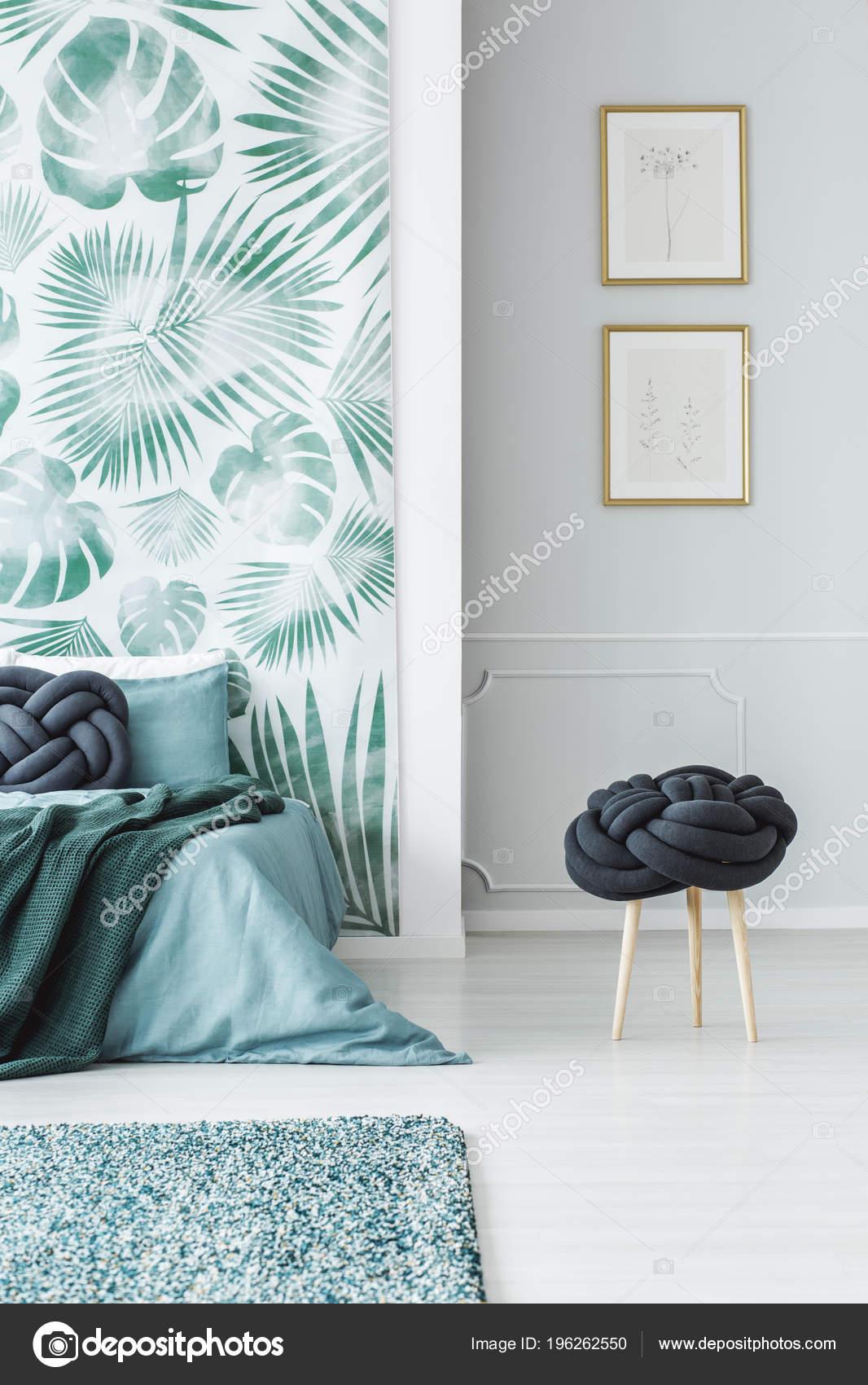 Kruk Naast Bed Slaapkamer Interieur Met Bladeren Behang Posters Muur ...
