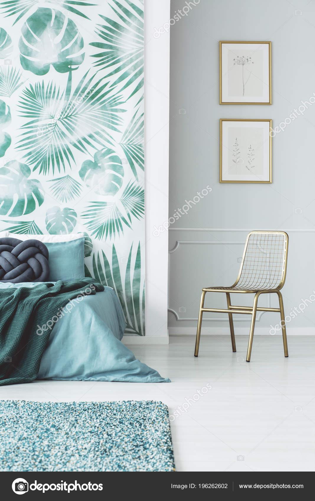 Gold Stuhl Gegen Die Wand Mit Plakaten Schlafzimmer ...