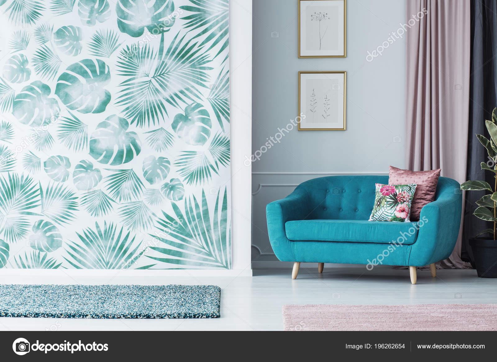 Turquoise Bank Lommerrijke Woonkamer Interieur Met Groene Behang ...