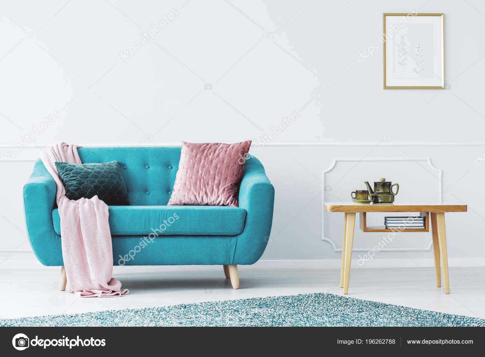 Canapé Bleu Avec Couverture Rose Pastel Deux Oreillers ...