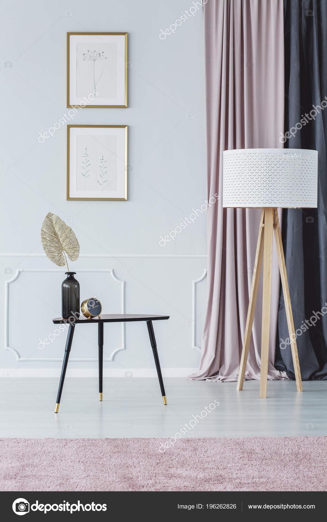 Lamp Naast Zwarte Tabel Tegen Muur Met Posters Roze Woonkamer ...