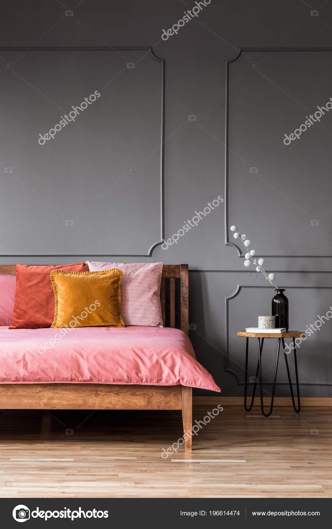 Bunte Kissen Auf Rosa Holzbett Grau Schlafzimmer Innenraum Mit Formen U2014  Stockfoto