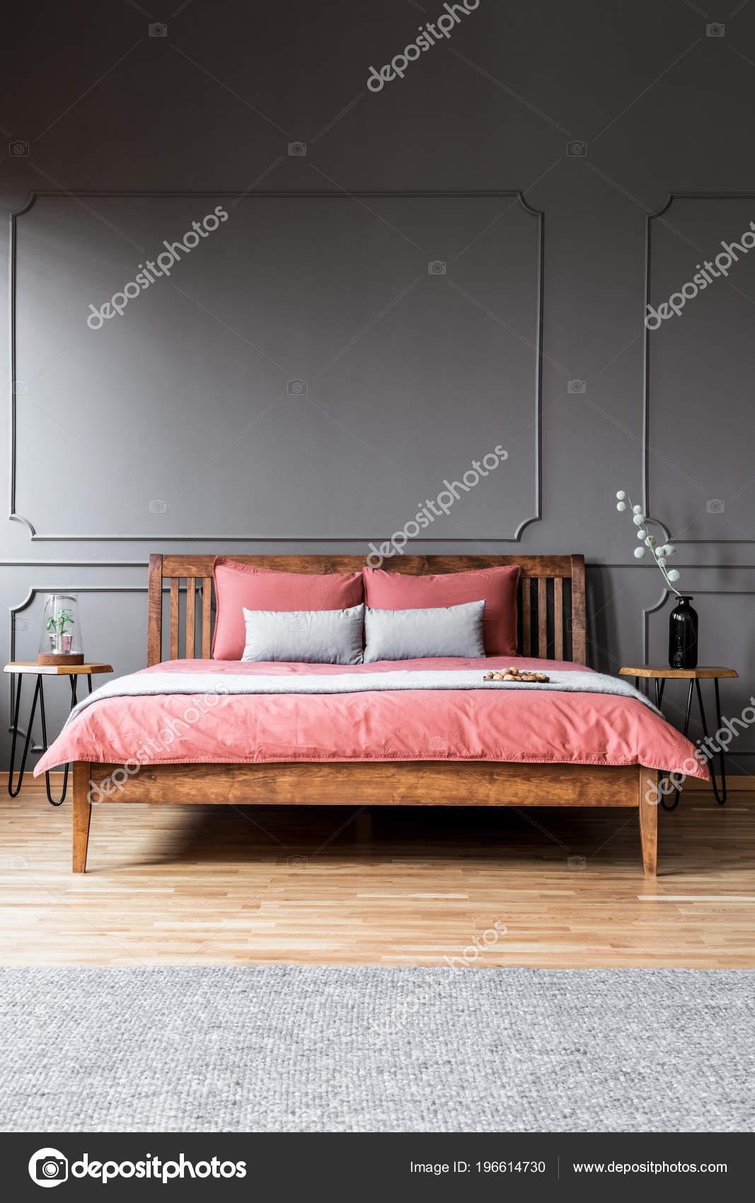 statut grand lit dans intérieur chambre sombre entre les tables