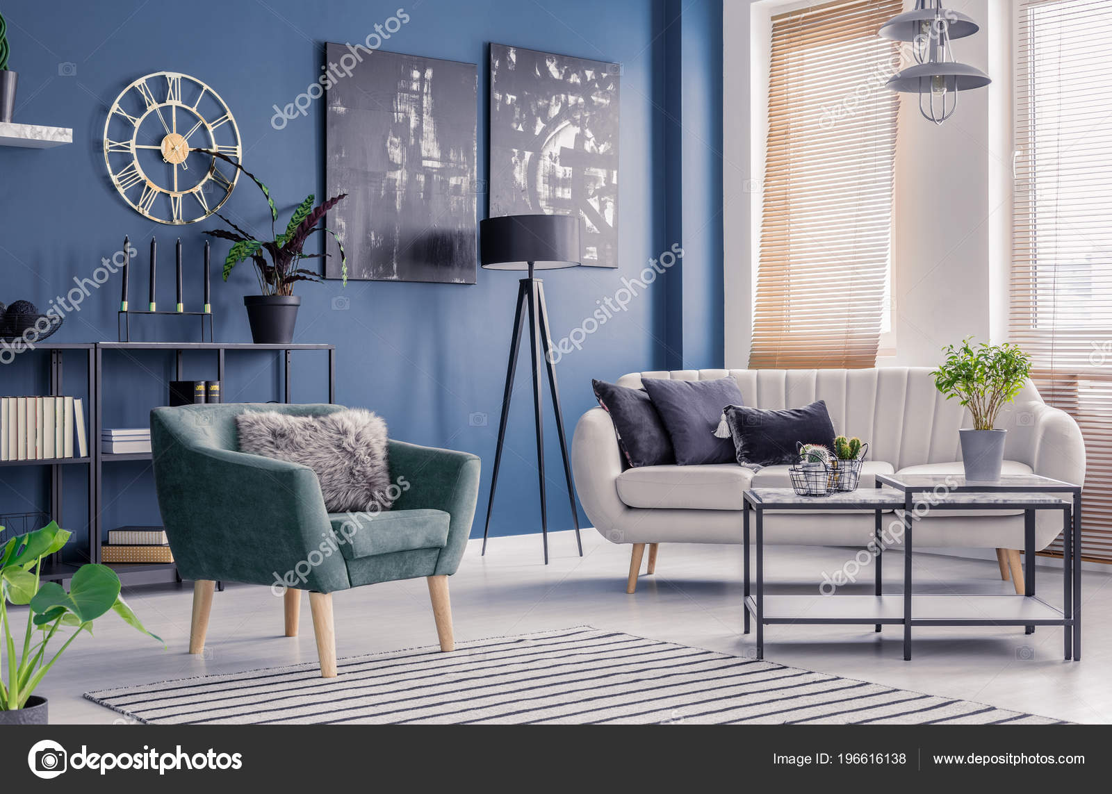 marineblauwe woonkamer interieur met designer inrichting zwarte artwork elegante comfortabele stockfoto