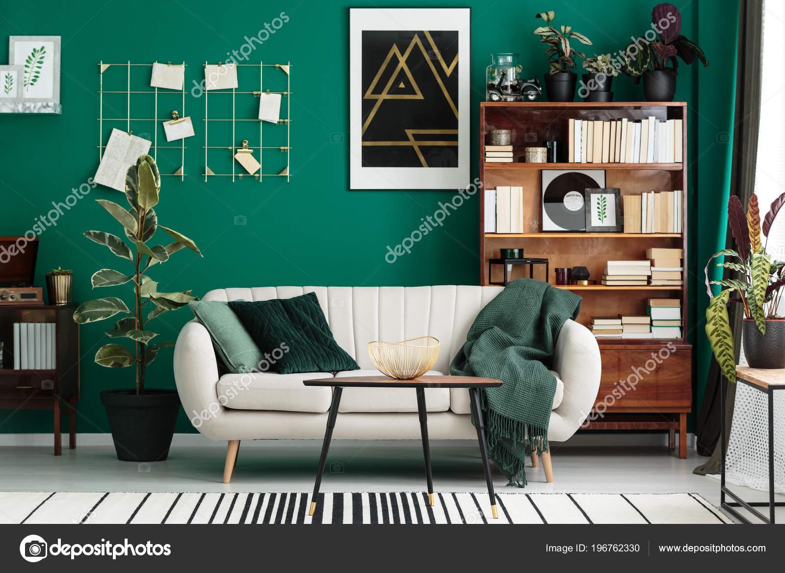 gezellige ontwerper woonkamer interieur met een eigen bibliotheek antieke houten stockfoto