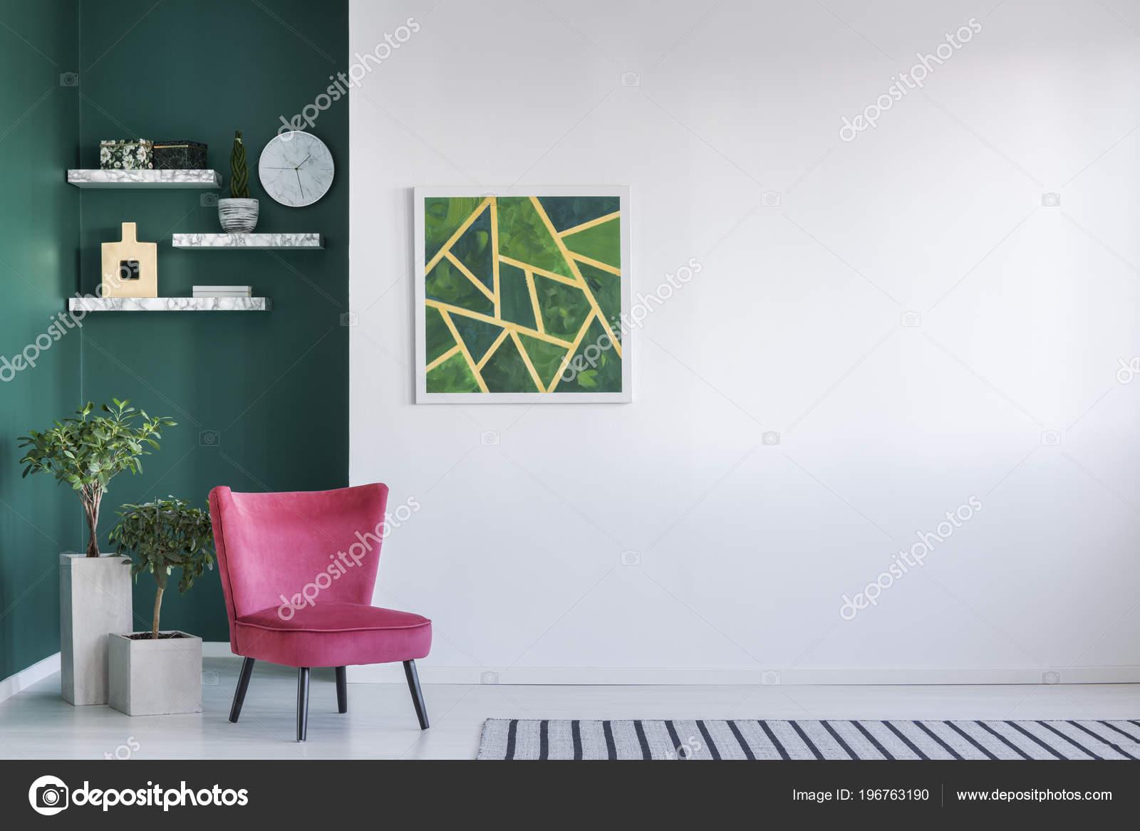 Eenvoudige Woonkamer Met Rode Fauteuil Abstract Schilderij Klok Aan ...