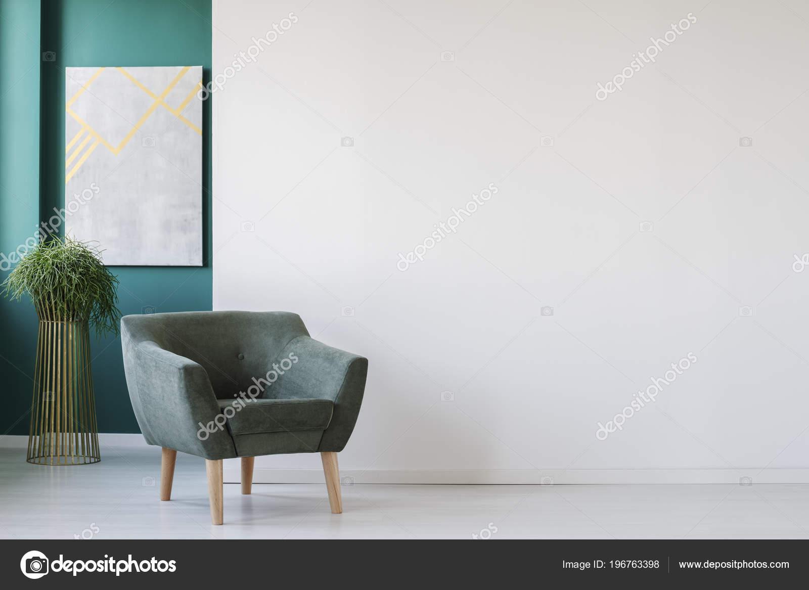 Minimalistische woonkamer interieur met lege witte muur groene