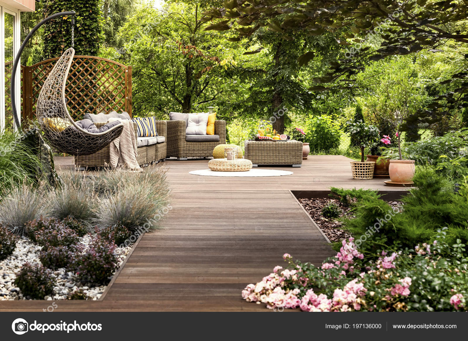 Belle Terrasse Bois Avec Mobilier Jardin Entouré Verdure Jour Chaud ...