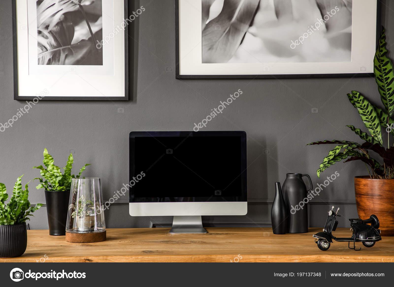 Plantes Écran ordinateur noir sur bureau bois intérieur gris siège