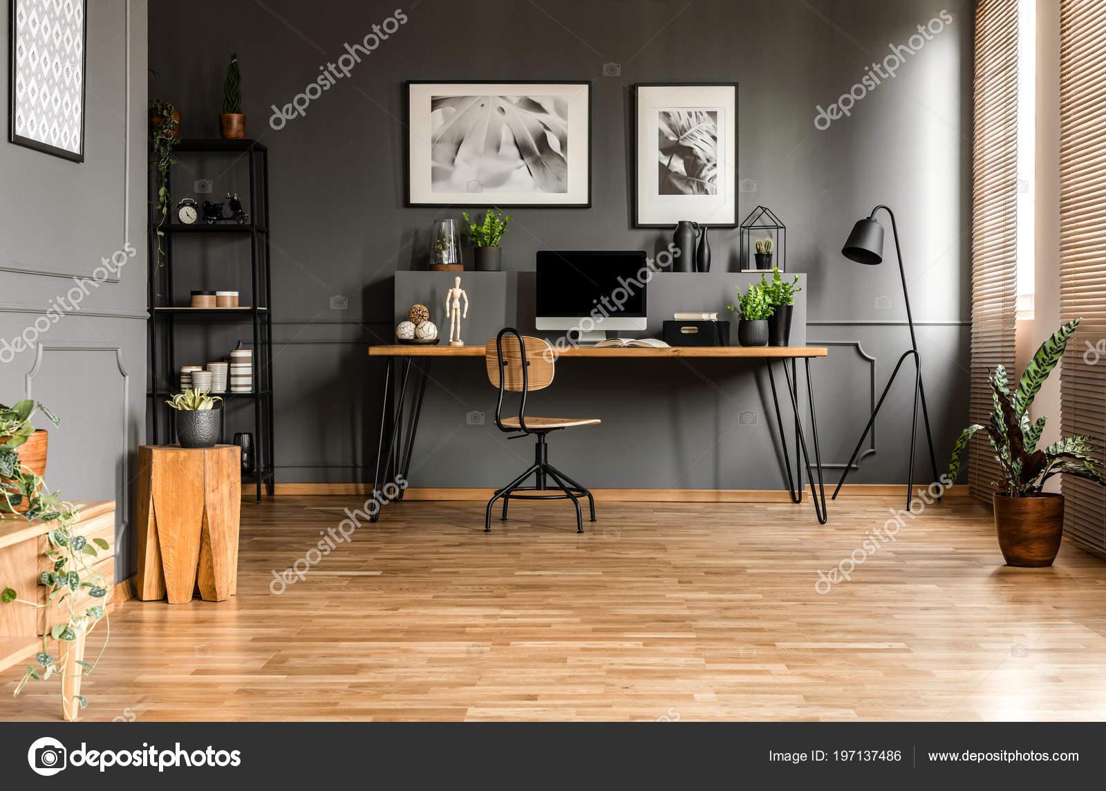 Vraie photo intérieur bureau spacieux démarrage avec une chaise