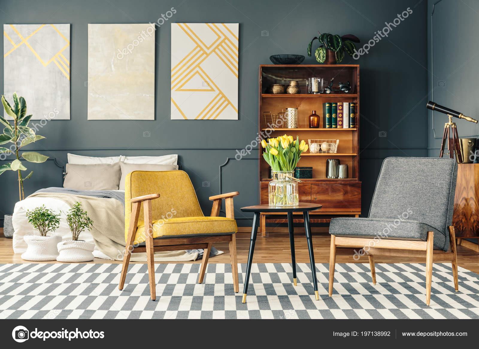 Retro slaapkamer interieur met posters boven bed planten