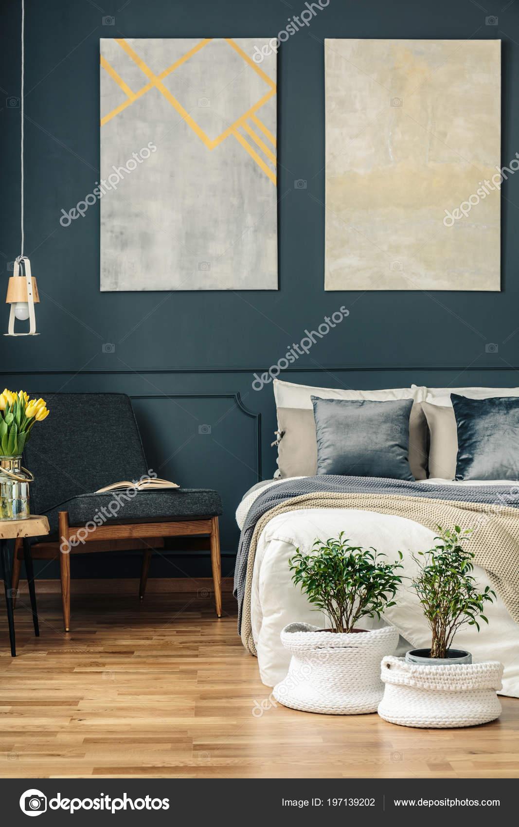 Vintage Slaapkamer Interieur Met Fauteuil Bed Bloemen Planten ...