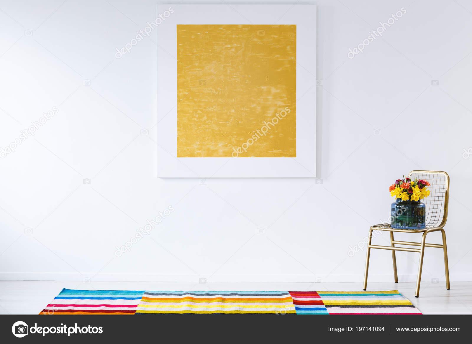Peinture Jaune Sur Mur Blanc Dans Intérieur Chambre