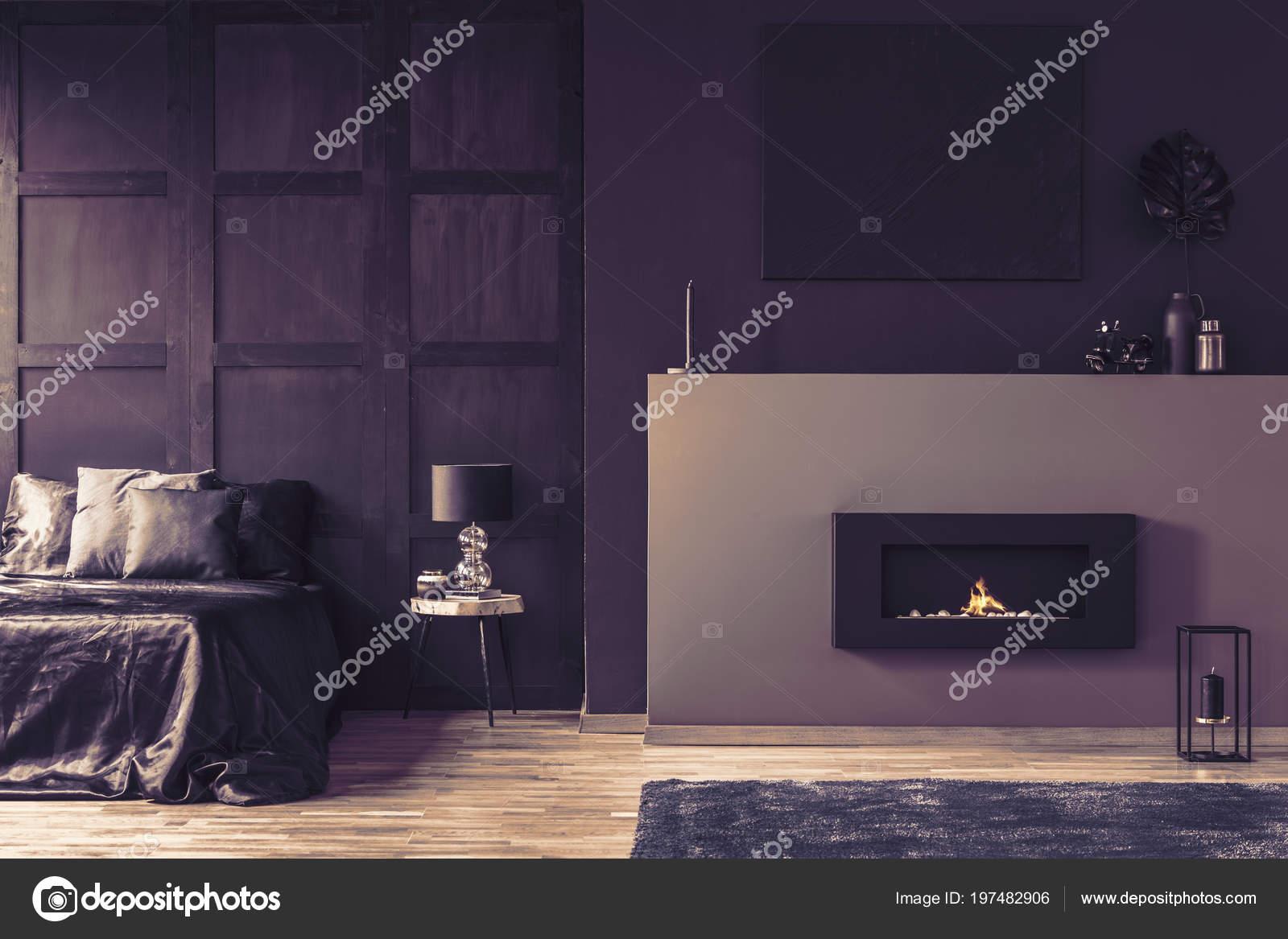 cheminée intérieur Élégant chambre sombre avec lampe sur une table