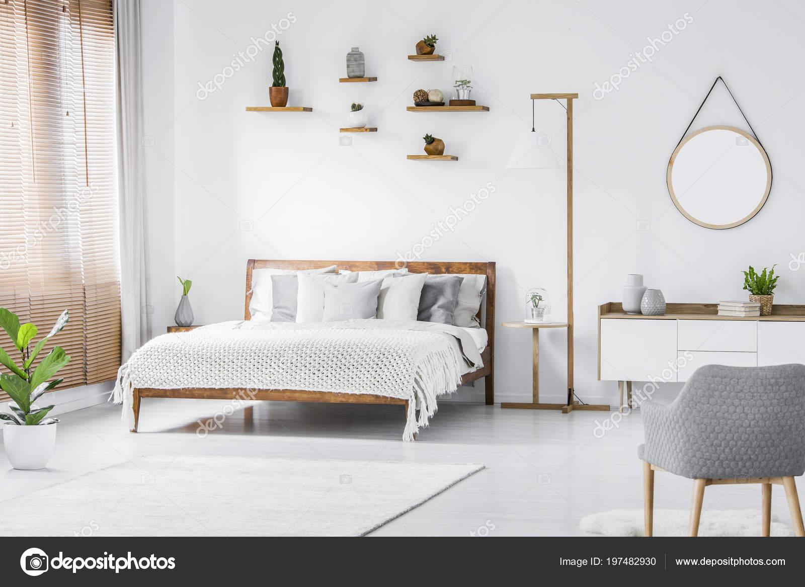 miroir rond haut armoire intrieur chambre blanche grise avec fauteuil photo