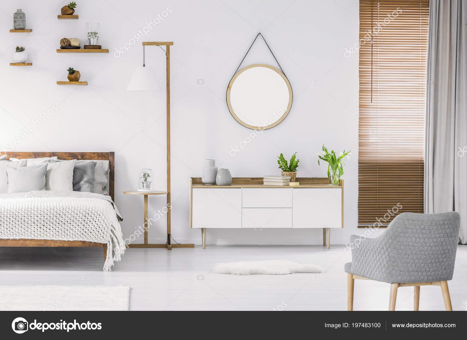 Intérieur Chambre Blanche Style Scandinave Avec Miroir Rond Sur Mur ...