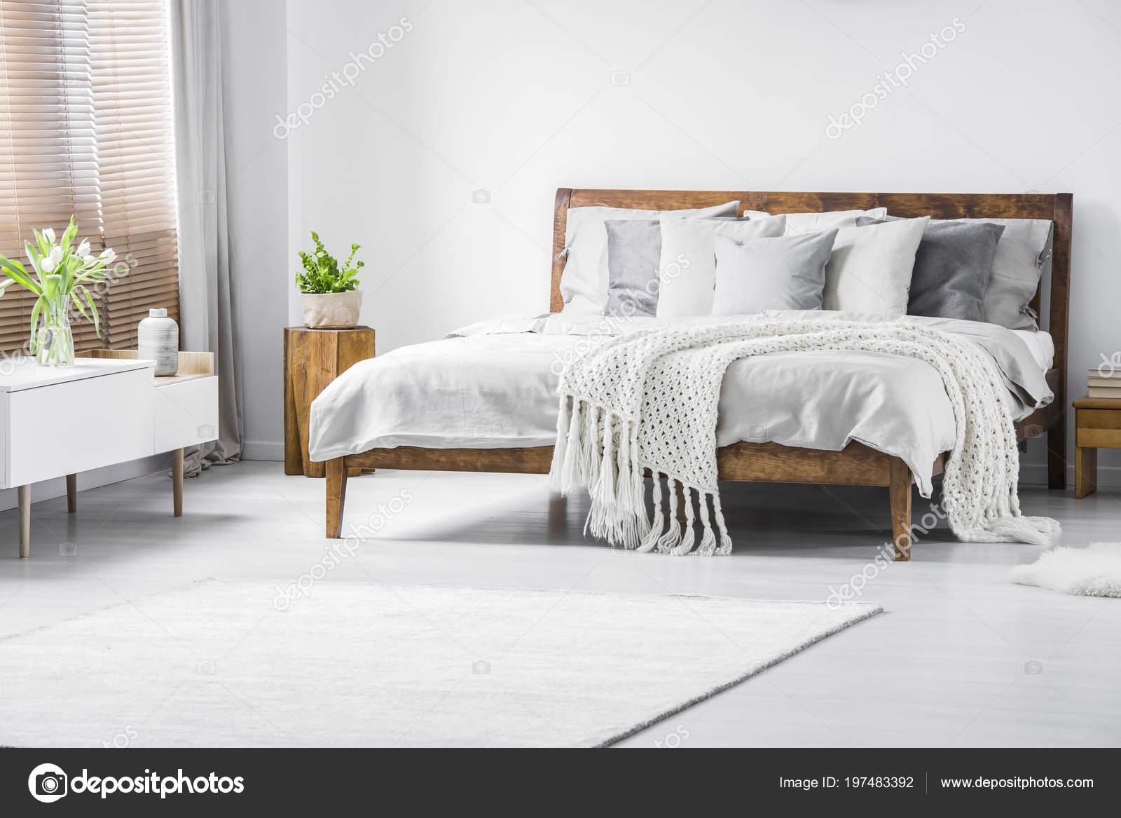Houten Slaapkamer Kast : Wit gebreid deken houten bed minimale slaapkamer interieur met
