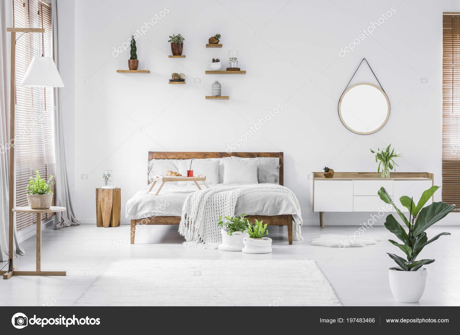 Moderne Witte Slaapkamer : Ochtend een lichte zonnige moderne witte slaapkamer interieur met