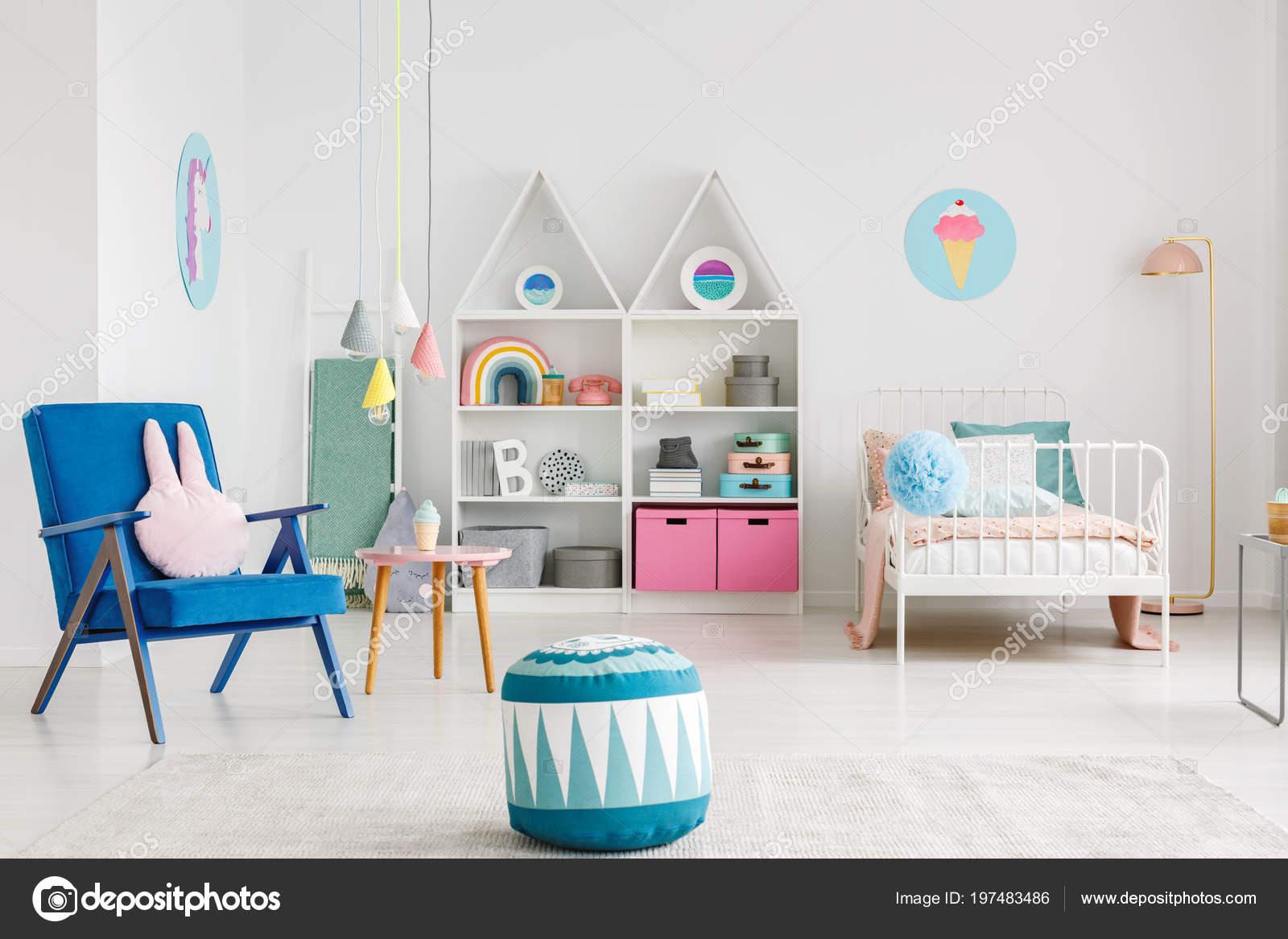 d99aa8738fd Μοτίβο Πουφ Κοντά Μπλε Πολυθρόνα Πολύχρωμο Παιδικό Δωμάτιο Εσωτερικό Μια — Φωτογραφία  Αρχείου