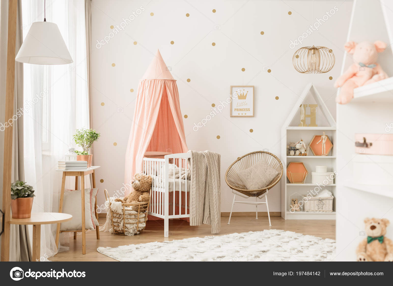 Intérieur Lumineux Bébé Fille Avec Décoration Jouets Blanc ...