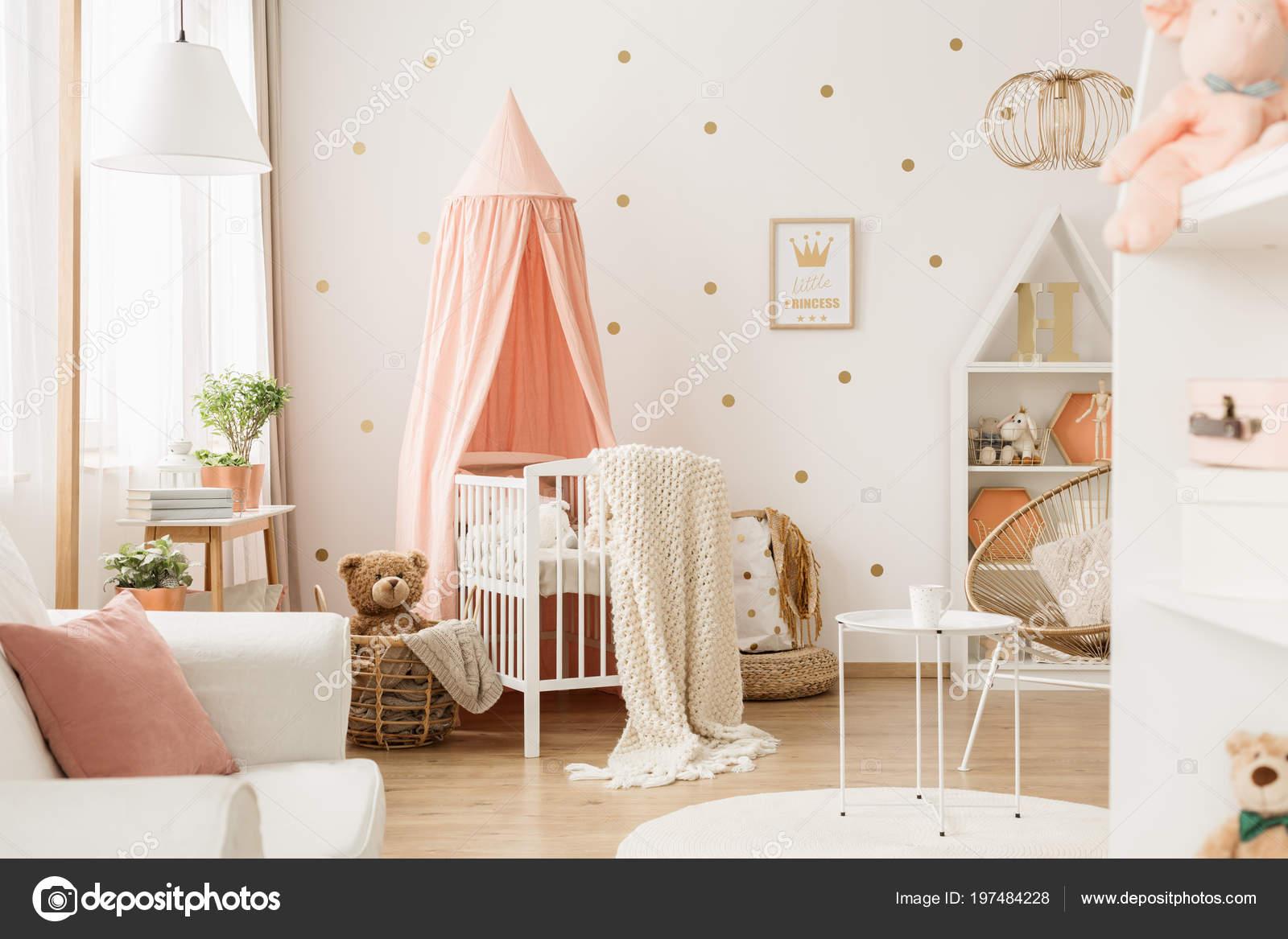 Helle Kinderzimmer Innenraum Mit Weissen Krippe Dekoration