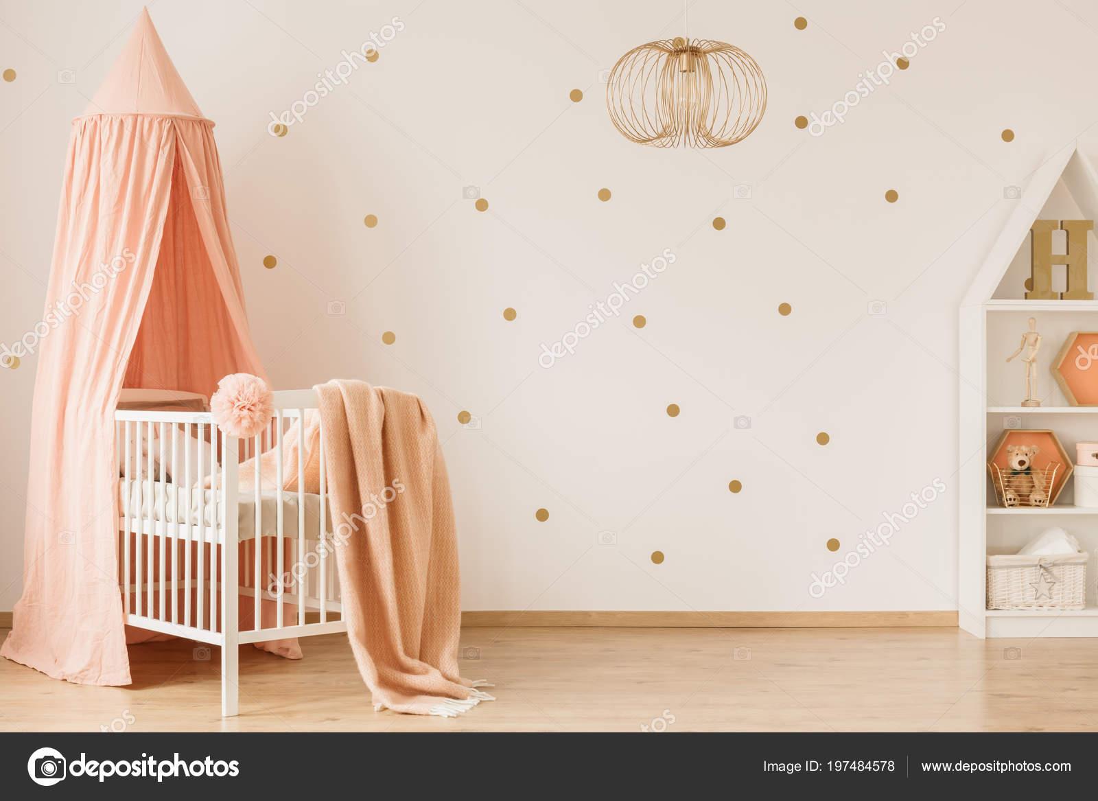 Lichte baby meisje kamer interieur met gestippelde muur pastel